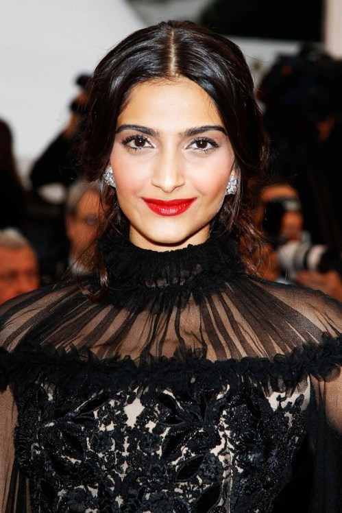 Sonam-Kapoor-Closing-Ceremony-Therese-Desqueyroux-Premiere-May-2707